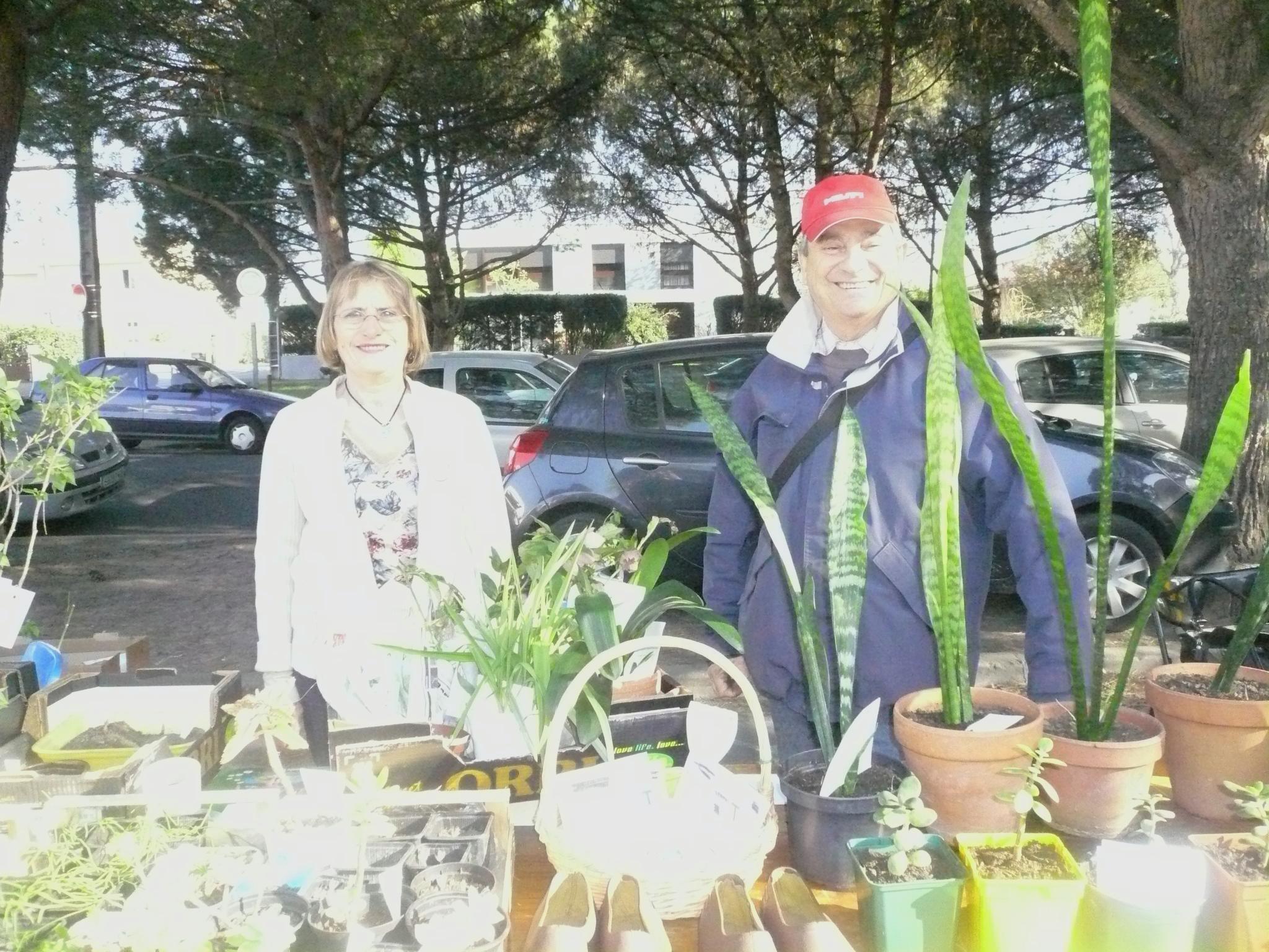 Participants au marché troc plantes d'Arlac